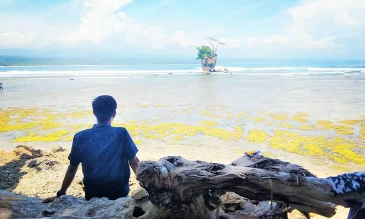 Pantai Wisata Way Hawang atau Pantai Kaur