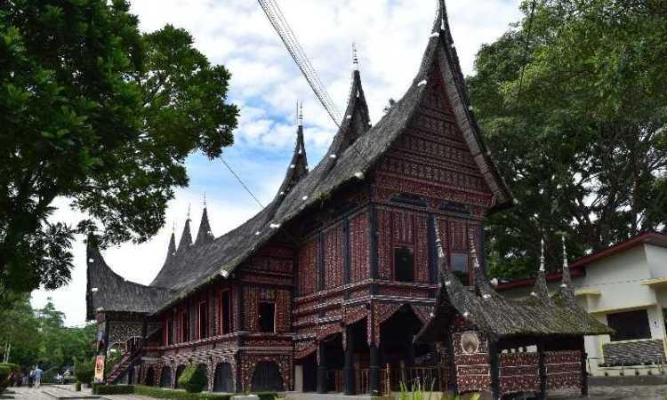 Rumah Adat Baanjuang Puti Bungsu