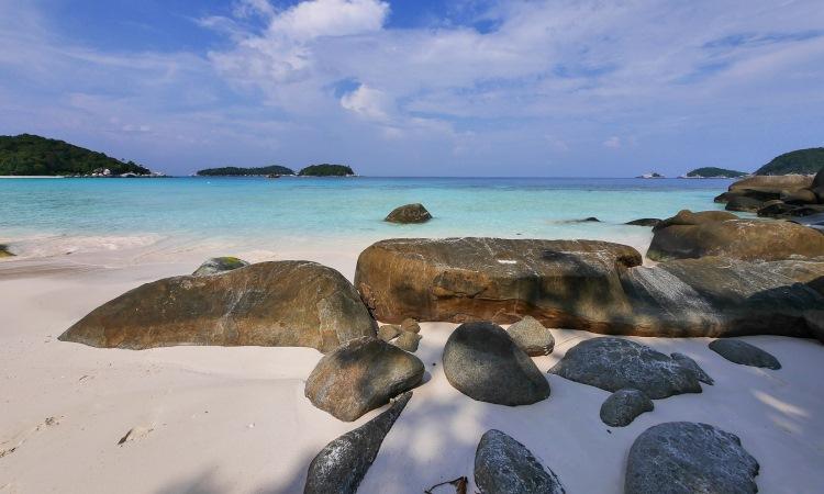Pantai Tanjung Momong