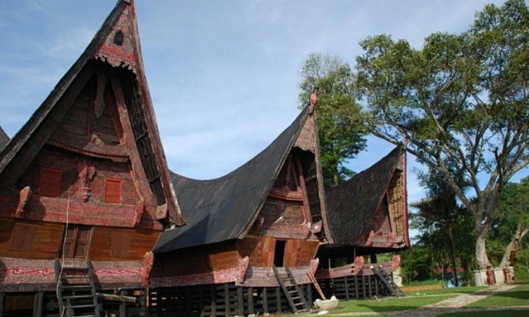 8 Rumah Adat Sumatera Utara & Keunikannya