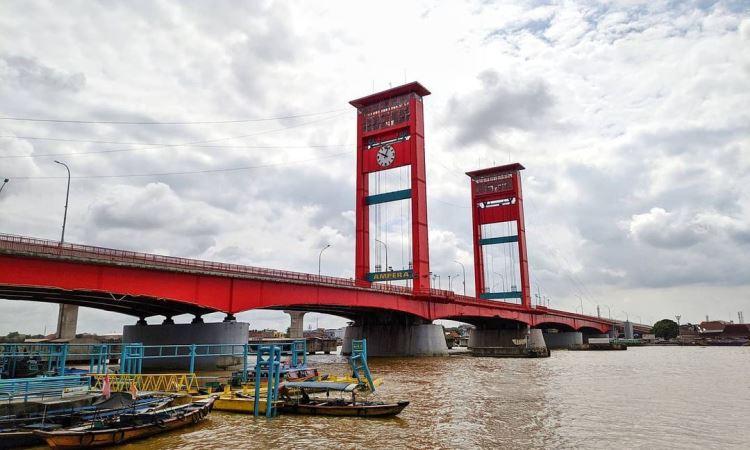 Kegiatan di Jembatan Ampera