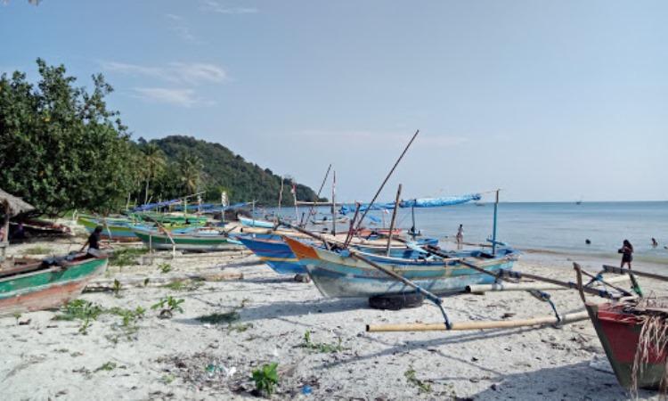 Kegiatan di Pantai Minang Rua