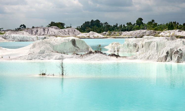 Danau Kaolin, Danau Bekas Tambang yang Unik & Eksotis di Belitung
