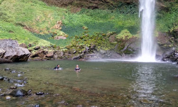 Kegiatan di Air Terjun Putri Malu