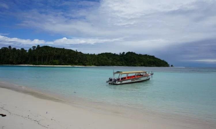 Pantai di Pulau Kalimantung