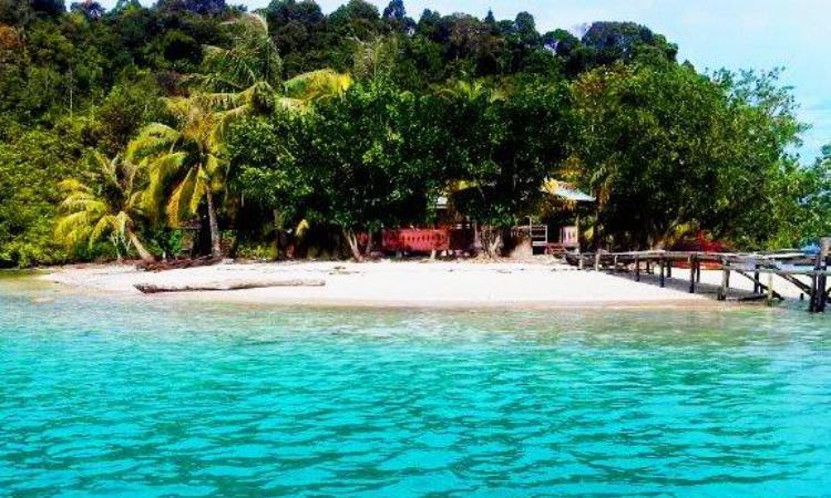 Pantai di Pulau Pasir Putih Sibolga