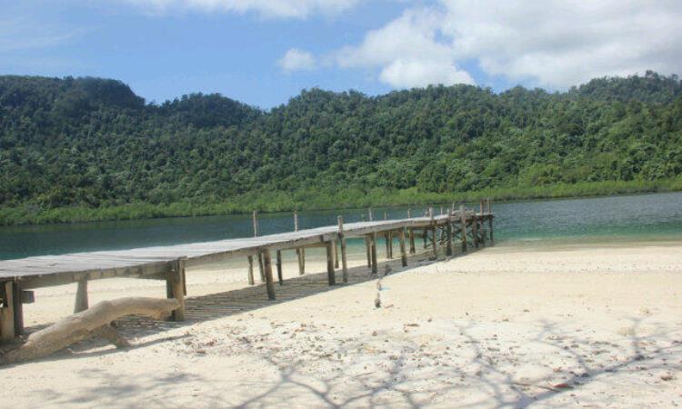 Pantai di Pulau Putri