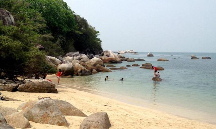 Kegiatan di Pantai Batu Bedaun
