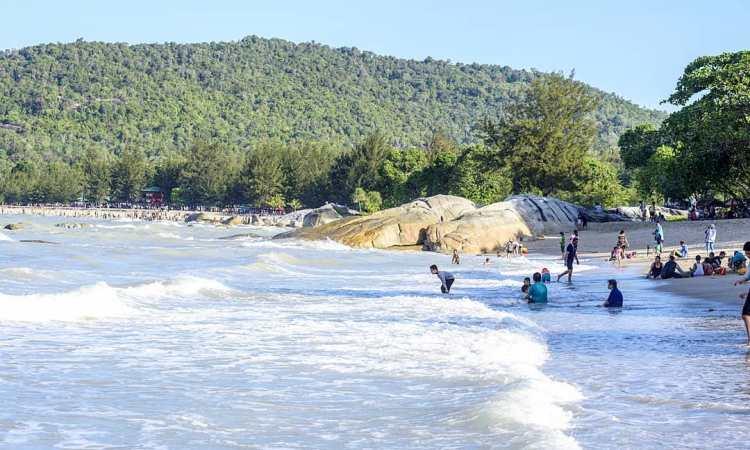 Kegiatan di Pantai Tanjung Pesona
