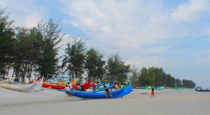 Pantai Tambak, Pesona Pantai Pasir Putih & Pohon Cemara di Belitung Timur